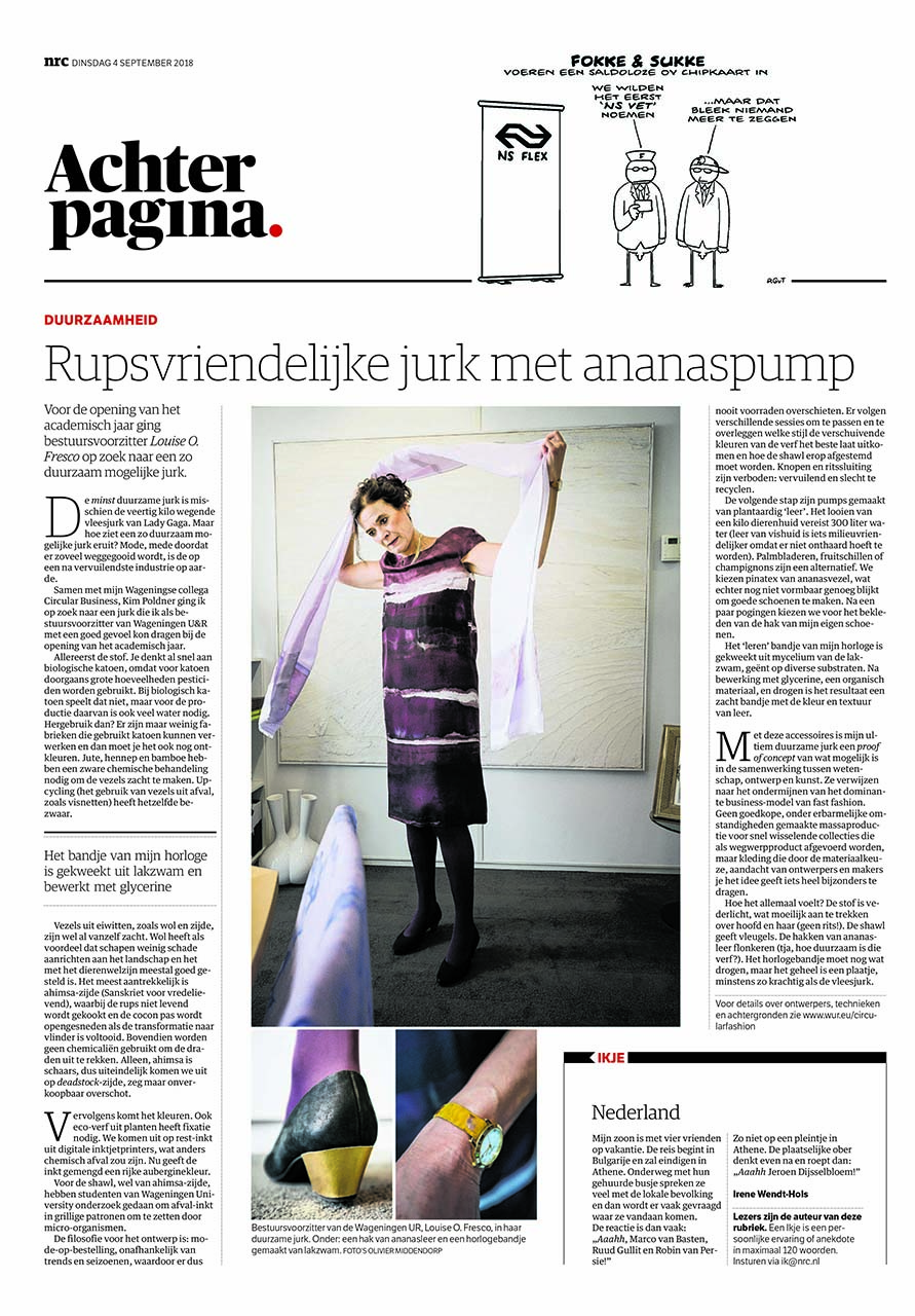 Circulaire outfit van Louise Fresco in NRC Next